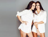 O levantamento da menina de dois gêmeos das irmãs, fazendo o selfie da foto, vestiu mesmos Imagem de Stock