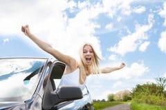 O levantamento da mulher distribui da janela de carro Foto de Stock