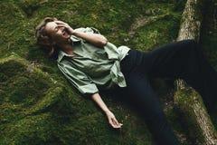 O levantamento louro bonito no musgo vestiu-se na camisa masculino e na calças à moda Fotos de Stock Royalty Free