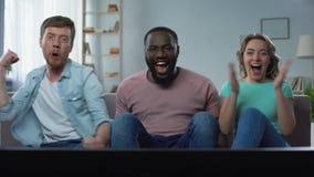 O licenciado e o vizinho acoplam o campeonato de observação do futebol na casa da tela da tevê vídeos de arquivo
