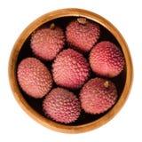 O lichi ou o lichi frutificam na bacia de madeira sobre o branco imagens de stock