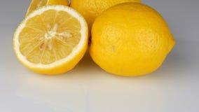 O limão amarelo suculento fresco maduro no fundo branco gerencie filme