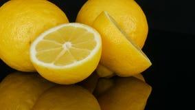 O limão amarelo suculento fresco maduro no fundo preto gerencie video estoque