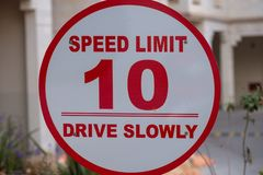O limite de velocidade - 10 - conduza lentamente foto de stock royalty free