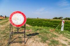 o limite de velocidade desvaneceu-se sinal como nenhum sinal de passagem Imagens de Stock