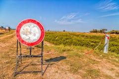 o limite de velocidade desvaneceu-se sinal como nenhum sinal de passagem Fotografia de Stock Royalty Free