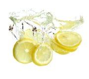 O limão é deixado cair na água Imagens de Stock Royalty Free