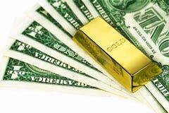 O lingote do dinheiro e de ouro Imagens de Stock Royalty Free