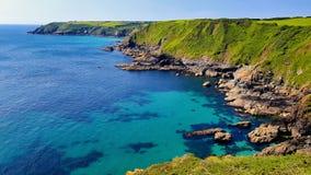 O litoral córnico áspero da península do lagarto fotos de stock