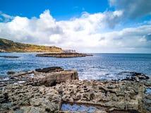 O litoral com as pegadas raras do dinossauro do tracksite sauropod-dominado do nam Brathairean de Rubha, irmãos fotografia de stock