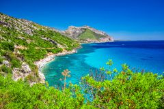 O litoral de Sardinia perto da praia de Cala Fuili localizou apenas acima da costa de Cala Gonone, Sardinia, Itália imagem de stock