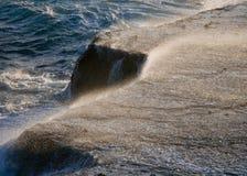 O litoral na península Valdes Ondas que causam um crash de encontro às rochas argentina Fotos de Stock