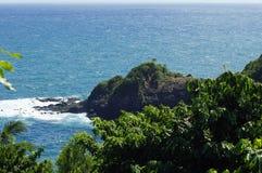 O litoral perto do castelo Bruce, ilha de Domínica, Lesser Antilles foto de stock