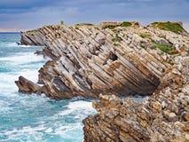 O litoral rochoso de Baleal, Portugal imagens de stock
