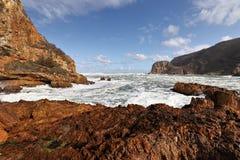 O litoral rochoso perto do Knysna dirige, África do Sul imagem de stock