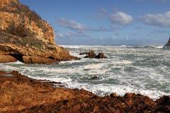 O litoral rochoso perto do Knysna dirige, África do Sul fotografia de stock