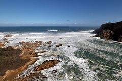O litoral rochoso perto do Knysna dirige, África do Sul fotos de stock