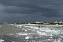 O litoral tormentoso em Florida fotos de stock