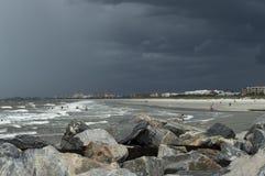 O litoral tormentoso em Florida imagens de stock