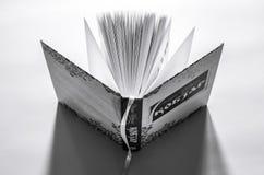 O livro aberto Kobzar está no desktop pronto para ler imagens de stock royalty free