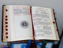 O livro antigo velho da liturgia da igreja Católica imagens de stock