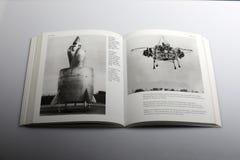 O livro da fotografia por Nick Yapp, a armação da cama do voo, Inglaterra nomeou Rolls royce para empurrar o Medir-anel Imagem de Stock