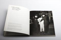 O livro da fotografia por Nick Yapp, imigrantes chega em Londres e em Southampton Fotos de Stock Royalty Free