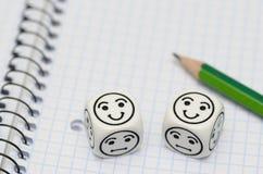 O livro de exercício aberto com lápis e humor corta mostrar a cara feliz fotos de stock