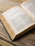 O livro de jogos dos shakepseares abre na primeira página do Henry v Foto de Stock Royalty Free