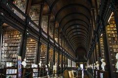 O livro de Kells, a biblioteca longa da sala na biblioteca de faculdade da trindade em Dublin, Irlanda Fotografia de Stock Royalty Free