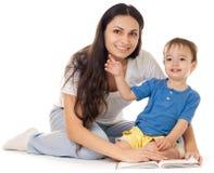 O livro de leitura da matriz e do filho isolou-se junto Foto de Stock