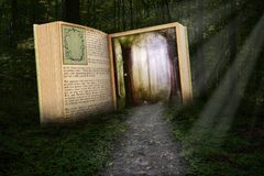 O livro de leitura surreal, leu a história foto de stock