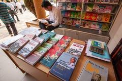 O livro de leitura vietnamiano masculino nas livrarias, os livros que se centram sobre Vo Nguyen Giap é considerado uma das grand imagens de stock royalty free