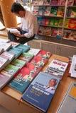 O livro de leitura vietnamiano masculino nas livrarias, os livros que se centram sobre Vo Nguyen Giap é considerado uma das grand fotografia de stock