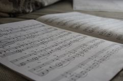 O livro de música aberto para jogar um piano Imagem de Stock