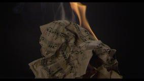 O livro de música queima-se no fogo vídeos de arquivo