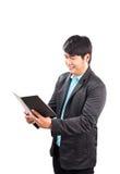 O livro de nota da leitura do homem de negócio com cara da felicidade isolou o whit Foto de Stock Royalty Free