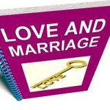 O livro do amor e da união representa chaves Fotografia de Stock Royalty Free