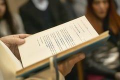 O livro do gospel guardou pelo padre fotografia de stock