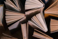 O livro encadernado velho e usado registra, os livros de texto vistos de cima no woode foto de stock