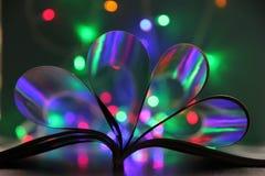 O livro encontra-se na tabela vislumbra com luzes de Natal fotos de stock royalty free