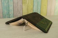 O livro está na tabela Fotos de Stock