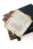 O livro velho e o portátil Fotografia de Stock Royalty Free