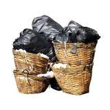 O lixo é lotes da pilha despeja o fundo branco isolado, desperdício preto no escaninho da cesta, poluição de muitos sacos de plás fotos de stock royalty free