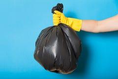 O lixo, desperdício, lixo recicla o saco de plástico à disposição foto de stock