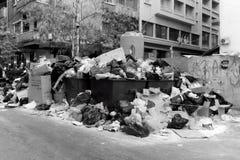 O lixo empilha acima na rua de Makadisi em Beirute, Líbano imagem de stock