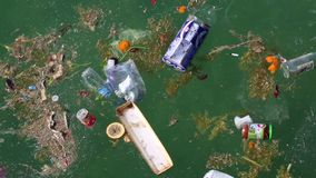 O lixo flutua no mar Abuso do ambiente video estoque
