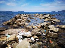 O lixo foi lavado acima na costa de mar da praia durante a mar? baixa fotografia de stock royalty free