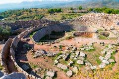 O local arqueológico de Mycenae perto da vila de Mykines, com túmulos antigos, as paredes gigantes e a porta famosa dos leões fotos de stock
