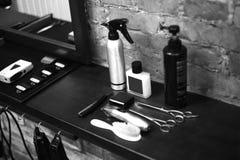 O local de trabalho do barbeiro Ferramentas para um penteado Imagem preto e branco fotografia de stock